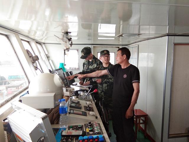 涉案嫌疑人正在给江苏海警的办案人员指认相关物品