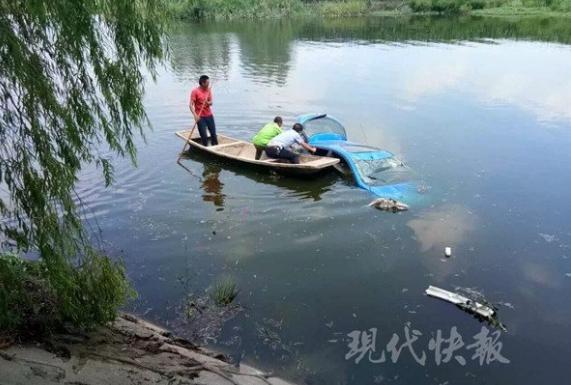 女司机疲劳驾驶冲进路边鱼塘 直喊救命幸获救