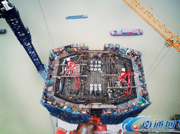 沪通长江大桥主墩中塔柱合龙 系最大跨度公铁两用桥