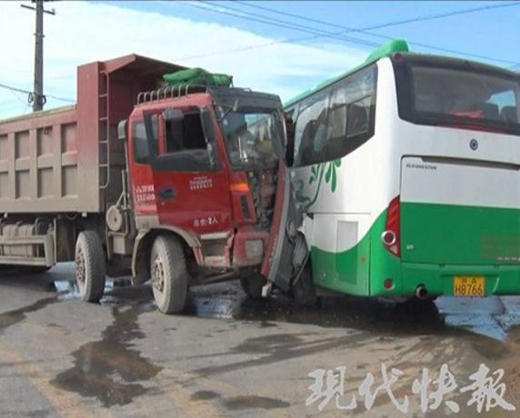 南京一工程车打滑撞上大客车 造成9人受伤