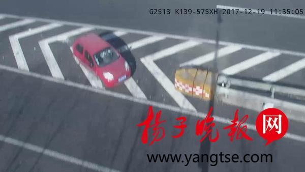 新手司机上高速频频违章倒车 被扣18分驾证被注销