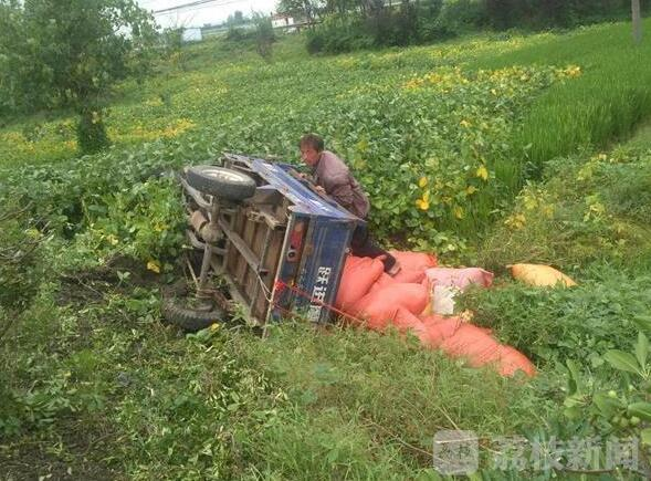 泰州一驾驶员因疲劳驾驶 三轮摩托冲到公路下