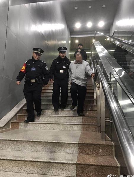 健忘症老人将打工钱丢失在车站 工作人员找到老人