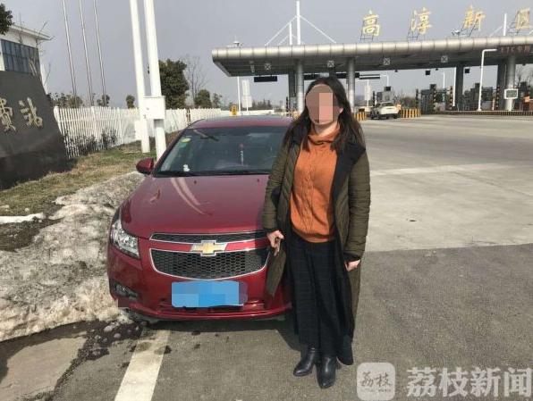 南京一女司机高速逆行太危险 幸亏民警及时发现
