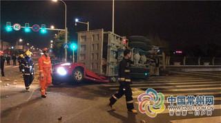常州大卡车侧翻压瘪小轿车 轿车内两人当场死亡