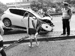 南京一轿车失控撞上公交站台 几名路人受伤