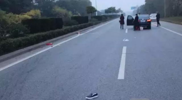 镇江6旬老太凌晨过马路被撞飞 抢救无效身亡
