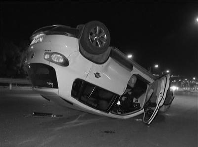 南京一轿车失控四轮朝天 一名司机被困