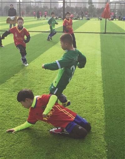 南京厦门少儿足球队碰撞 本土草根足球打开新