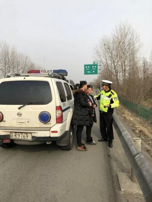 扬州一高速上女子带着小孩行走 丈夫却驾车离开