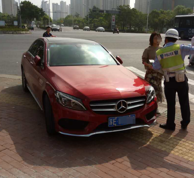 苏州民警查获一辆红色大奔 违法111次未处理