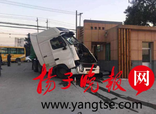 惊险!货车和危化品运输车相撞后冲进学校 一路人受伤