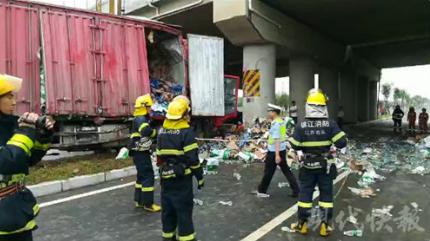 货车撞上桥墩车头被撞烂 受困司机奇迹生还