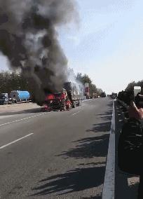 盐城一加油站旁大货车突发火灾 整个货车被大火包围
