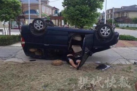 镇江一面包车撞了个底朝天 司机半个身子躺在车外