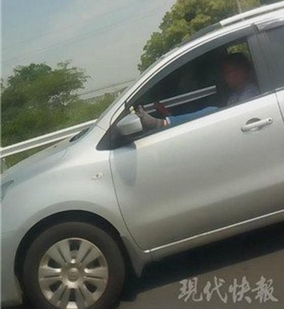 常州一男子高架上用脚开车 被执勤民警拦截