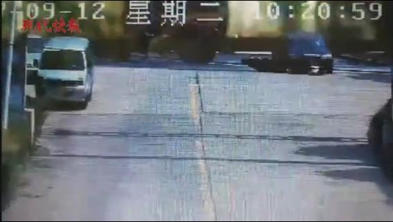 常州一男子撞车被卷入车底 众人合力抬车救人