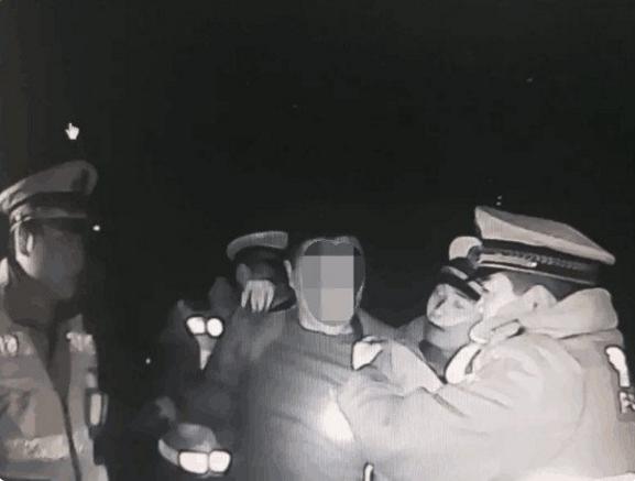 男子酒后驾车遇交警一车四人阻碍执法 在看守所跨年