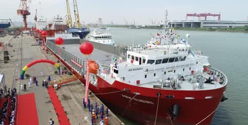 国产首艘1.3万吨甲板运输船在南通命名交付