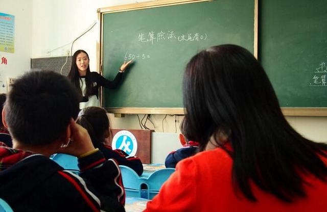 长大后她成了妈妈的同事 教同一年级