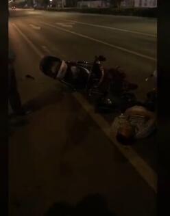 电瓶车撞上出租车 司机车祸后倒地睡着