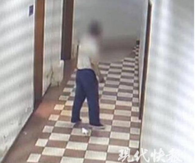 南京一男子藏身女更衣室偷拍 手机里存大量裙底照