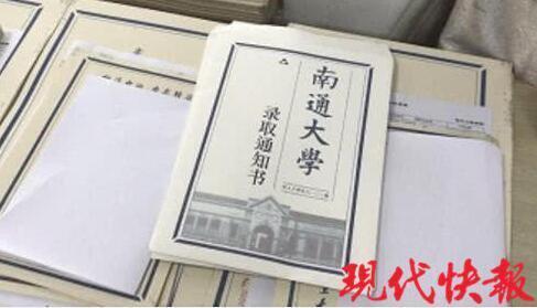 南通大学教师用小楷手写近7000份录取通知书
