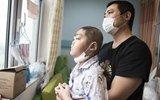 父亲为救儿卖房捐肾捐骨髓 男孩拉血崩溃求放弃治疗