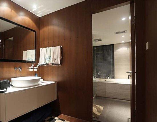 Q粉:小Q小Q,快说快说,已经搬好小板凳准备听你讲啦! 小Q:好好好,不要着急,请听小Q来分解。 干湿分离包括:洗手台、浴室分离,或者淋浴区与坐便、面盆区的分离,小Q给你简单的说就是把洗澡的地方和洗脸或者上厕所的地方隔开。 Q粉:哦哦,原来是这个意思,那为什么要把卫生间弄的这么麻烦呀?