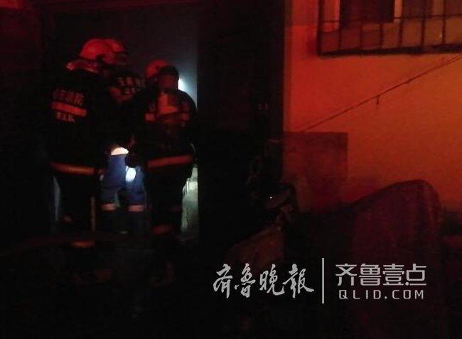济南一居民楼地下室冒烟着火,消防紧急救援