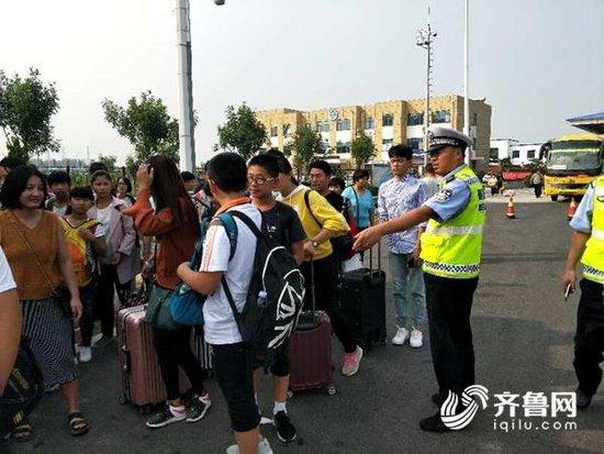 聊城:接送学生客车严重超员 高速交警及时拦停