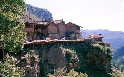 震惊!这个村落竟悬在百米悬崖上 似空中楼阁