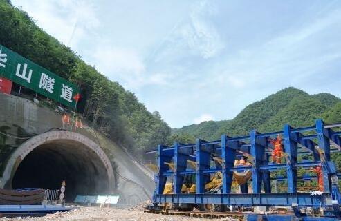 临金高速金华山隧道左右洞已挖进130米