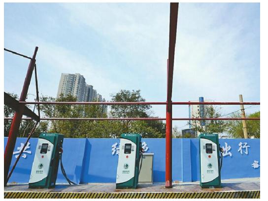 济南首个停车场充电桩安家经十路 安装有防雨遮阳棚