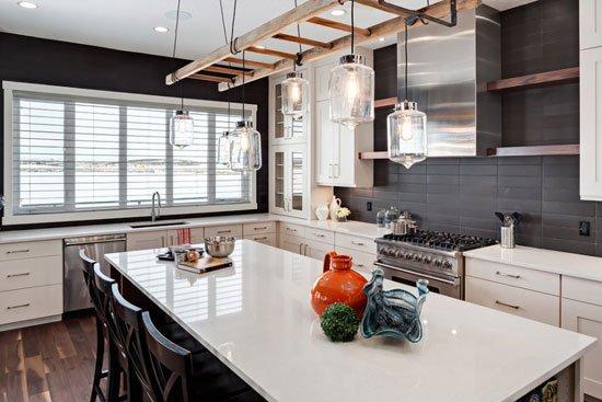 评盘 团购 看图说房 社区 海外 资讯  满是木质元素的厨房空间内,岛台