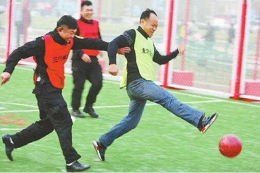 泉城大球场19日亮相济南泉城广场 市民可踢足球打篮球
