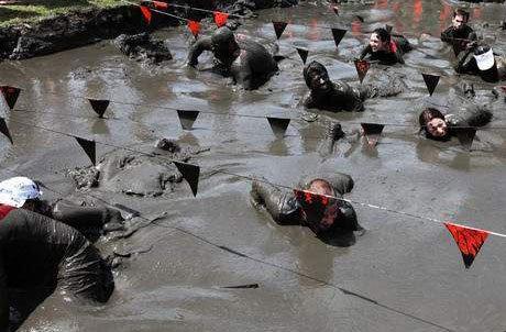 组图:别开生面的泥地赛跑 连滚带爬好开心