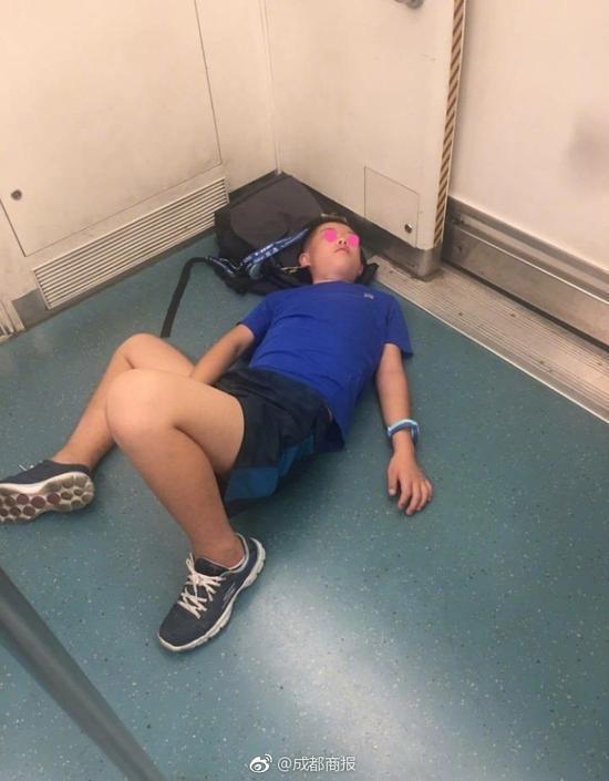 小学生一进地铁就躺地上:再也没有假了(图)