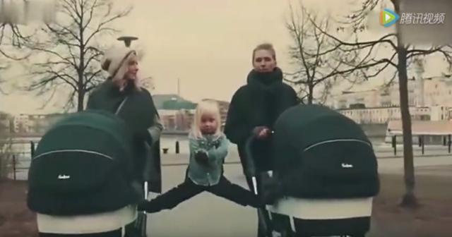 小萝莉站两婴儿车上模仿一字马,连尚格云顿都震惊了!