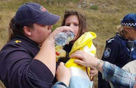 3岁小女孩迷失丛林 17岁年老忠犬陪伴整夜并带人找到她