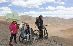 """组图:够""""疯""""!80后爸爸带4岁女儿骑行761天环游中国"""