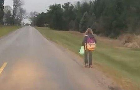 美国少女校车上欺负同学 被父亲罚步行8公里上学
