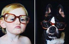 摄影师拍摄自家孩子与狗狗的对比照,两个毛孩子