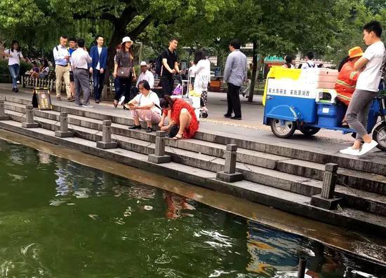 男孩西湖溺水瞬间 一位游客的举动让所有人点赞