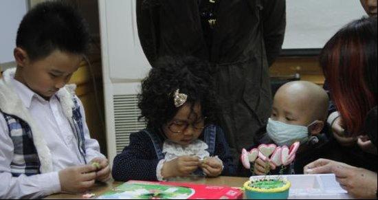 饭桌之歌》《数数歌》红遍网络的小童星饭勺小子、卷毛兜兜和高清图片