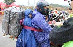 组图:爸爸将孩子绑身上 骑行400公里回家