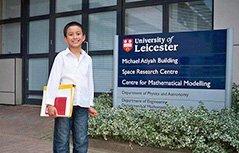组图:英国14岁男生成大学最年轻教师