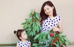 组图:有爱!黄多多与妹妹摘果 樱桃当耳环