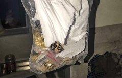 熊孩子偷包裹 将11万金项链丢进烟囱