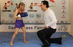 八岁小女孩拳击演练